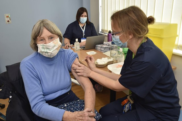 Jill Plant receives her jab from Dr Gillian Mitchell. EMN-210127-141653009