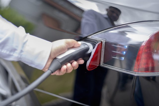 The council is trying to encourage more taxi drivers to switch to electric cars
